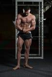 Posa bella di Making Most Muscular del costruttore di corpo fotografia stock