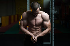 Posa bella di Making Most Muscular del costruttore di corpo fotografia stock libera da diritti