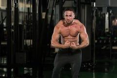 Posa bella di Making Most Muscular del costruttore di corpo immagine stock