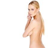 Posa bionda abbastanza giovane della donna topless Immagini Stock