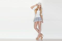 Posa bionda alla moda della donna Immagini Stock
