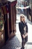 Posa bionda alla moda della donna all'aperto Fotografia Stock