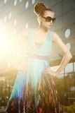 Posa bionda alla moda in vestito dal colourfull immagini stock