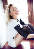Posa bionda felice della donna Fotografia Stock Libera da Diritti