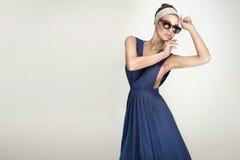 Posa castana alla moda della donna Fotografia Stock Libera da Diritti