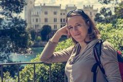 Posa castana attraente davanti al castello di Miramare fotografia stock libera da diritti
