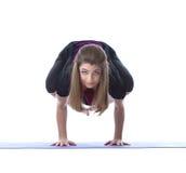 Posa castana sensuale nella posa difficile di yoga Immagine Stock Libera da Diritti