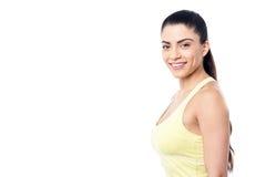 Posa casuale della donna di forma fisica fotografia stock libera da diritti