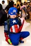 Posa cosplay del capitano America immagine stock libera da diritti