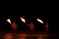 Posa dei ballerini del fuoco in acqua Immagine Stock