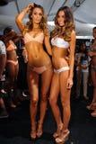 Posa dei modelli dietro le quinte alla sfilata di moda di Luli Fama durante la nuotata 2015 di MBFW Fotografia Stock Libera da Diritti