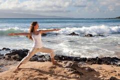 Posa del guerriero II di yoga in Maui Hawai Fotografie Stock Libere da Diritti