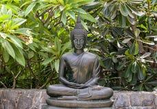 Posa del loto della statua di Buddha del metallo Fotografie Stock