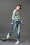 Posa del modello di moda in blue jeans e lanoso Fotografie Stock Libere da Diritti