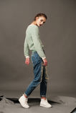 Posa del modello di moda in blue jeans e lanoso Fotografia Stock
