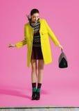 Posa del modello di moda su fondo leggero Fotografia Stock