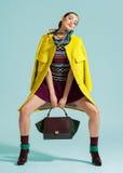 Posa del modello di moda su fondo leggero Immagini Stock