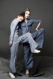 Posa del modello di moda su fondo leggero Immagini Stock Libere da Diritti