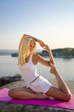 Posa del piccione di yoga fotografia stock libera da diritti