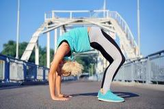 Posa del ponte di yoga sul fondo d'acciaio del ponte Fotografia Stock