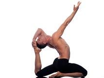 Posa del re Pigeon di Eka Pada Rajakapotasana di yoga dell'uomo Fotografia Stock