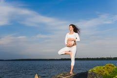 Posa dell'albero di yoga dalla donna del pregnat Immagine Stock Libera da Diritti