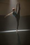 Posa della ballerina nella stanza di classe Fotografia Stock Libera da Diritti