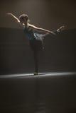 Posa della ballerina nella stanza di classe Fotografie Stock Libere da Diritti