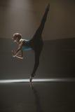 Posa della ballerina nella stanza di classe Immagini Stock Libere da Diritti