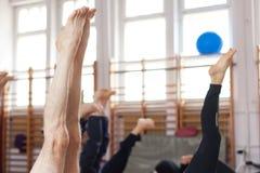 Posa della candela di yoga Fotografie Stock Libere da Diritti
