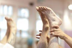 Posa della candela di yoga Immagini Stock Libere da Diritti