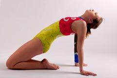 Posa della curvatura della parte posteriore della ragazza di yoga della ginnasta Immagine Stock Libera da Diritti