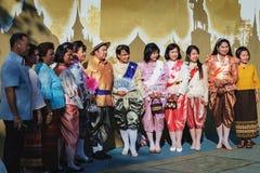 Posa della gente tailandese per una foto immagine stock