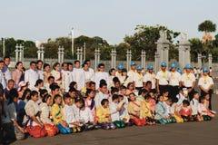 Posa della gente tailandese per una foto fotografia stock