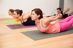 Posa della locusta nella classe di yoga fotografia stock libera da diritti