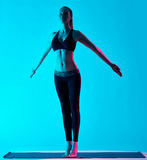 Posa della montagna di Tadasana di exercices di yoga della donna Immagini Stock