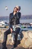 Posa della ragazza alla moda sulla sponda del fiume fotografia stock libera da diritti