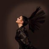 Posa della ragazza di modo Movimento della coda di cavallo Fotografia Stock