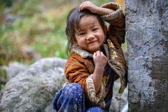 Posa della ragazza di Sherpa immagine stock