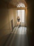 Posa della ragazza in uno spazio luminoso fotografia stock libera da diritti