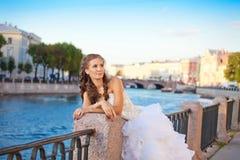 Posa della sposa all'aperto vicino al fiume Fotografie Stock