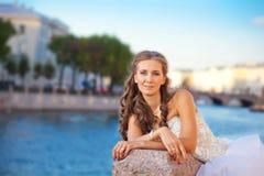 Posa della sposa all'aperto vicino al fiume Fotografia Stock Libera da Diritti