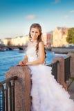 Posa della sposa all'aperto vicino al fiume Immagini Stock
