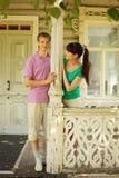 posa delle coppie sulla casa del villaggio del terrazzo Immagini Stock