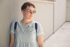 Posa di blogger di modo della giovane donna Immagini Stock Libere da Diritti