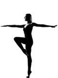 Posa di condizione del danzatore di balletto della donna Fotografia Stock