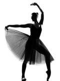 Posa di condizione del danzatore di balletto della donna Immagine Stock