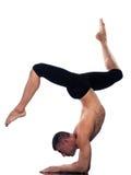 Posa di Eka Pada Viparita Dandasana di yoga dell'uomo Fotografia Stock