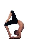 Posa di Eka Pada Viparita Dandasana di yoga dell'uomo Fotografie Stock Libere da Diritti