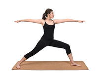 Posa di esercizio della giovane donna sulla stuoia di yoga su fondo bianco immagini stock libere da diritti